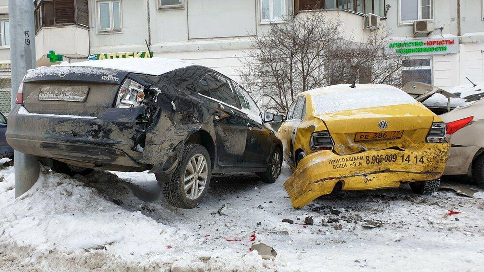 Последствия ДТП с участием четырех автомобилей в районе д. 2 на улице Дубнинская - РИА Новости, 1920, 08.03.2021