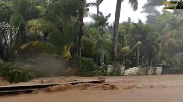 Затопленная дорога возле дамбы Каупакалуа, Гавайи
