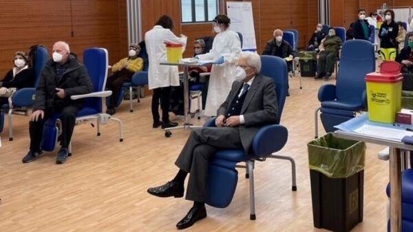 Президент Италии Серджо Маттарелла в очереди на вакцинацию от коронавируса