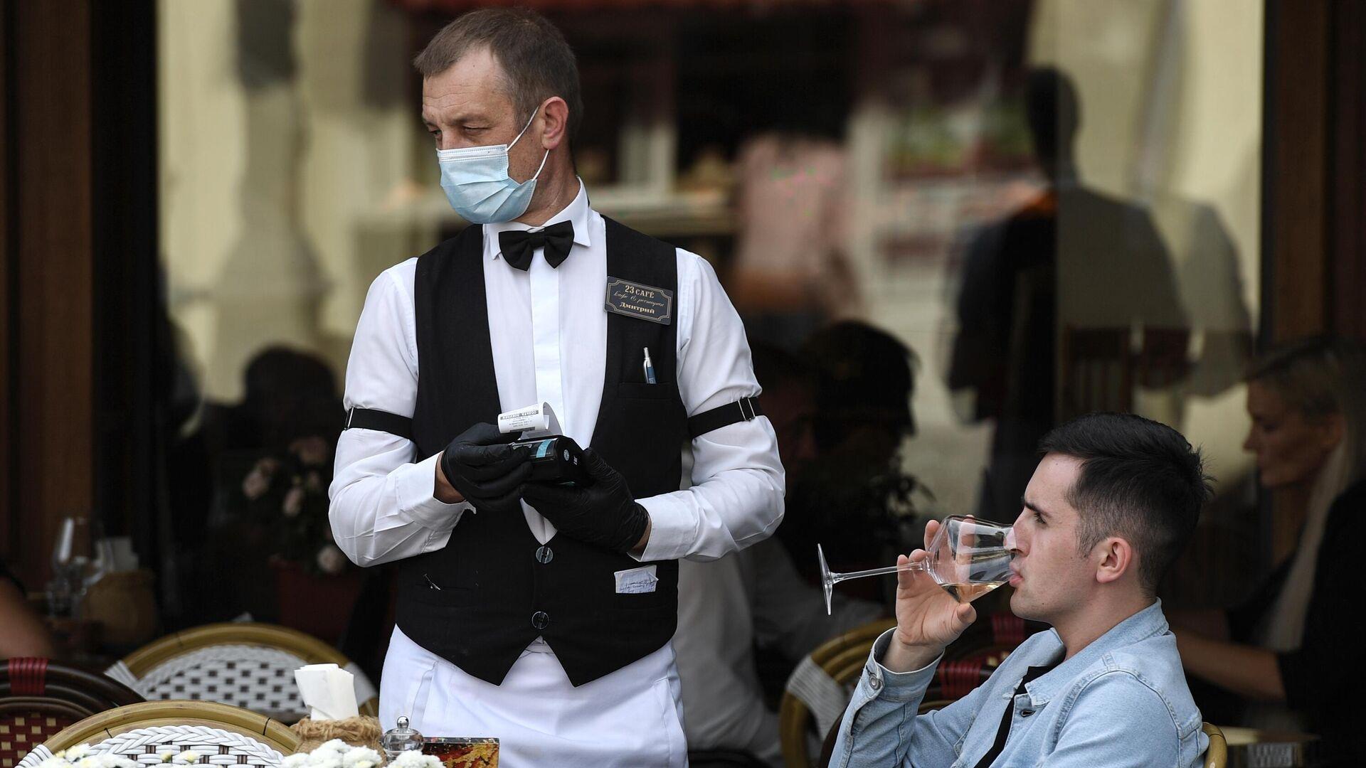 Официант и посетитель в кафе  - РИА Новости, 1920, 17.06.2021