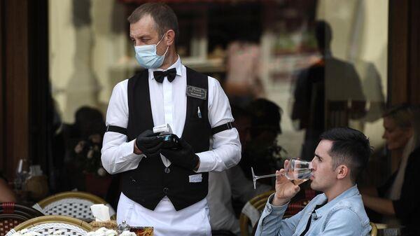 Официант и посетитель в кафе