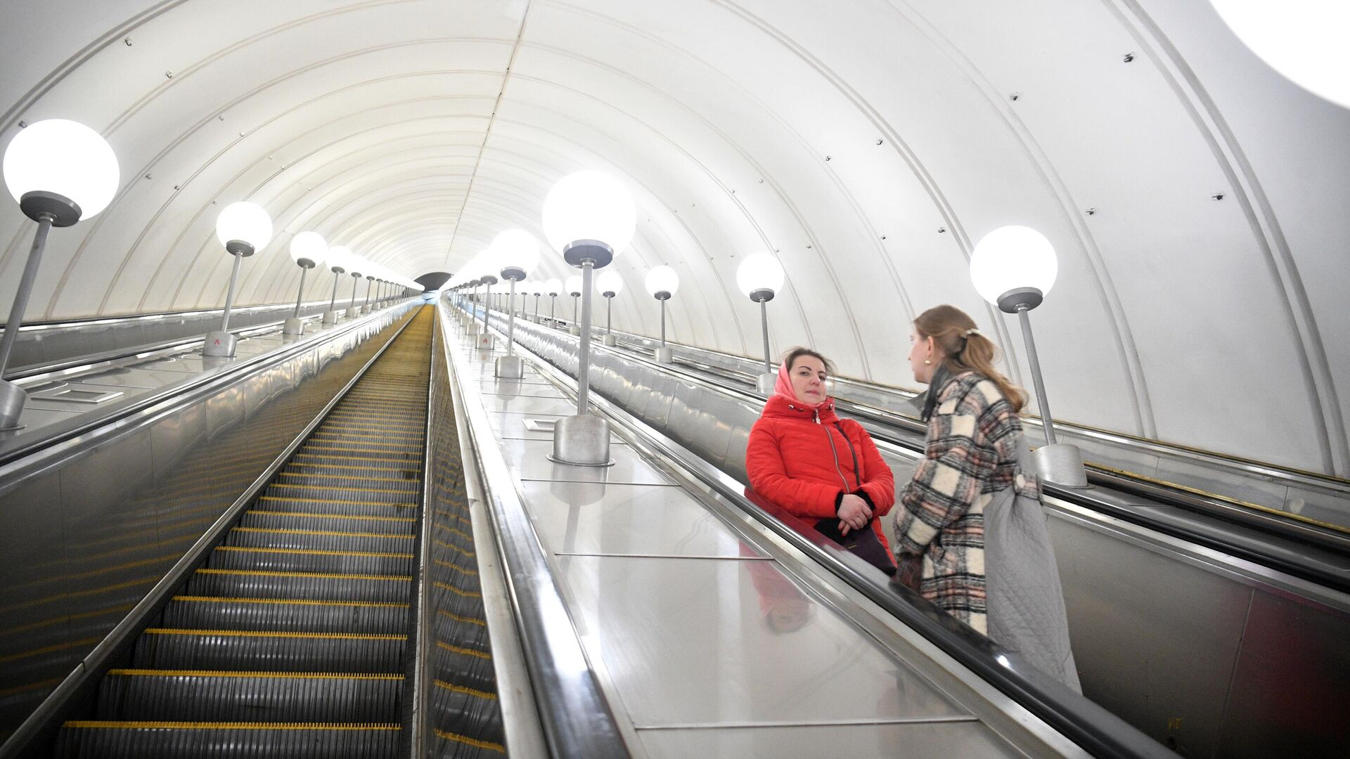 Женщины на эскалаторе станции метрополитена Парк Победы в Москве - РИА Новости, 1920, 09.05.2021