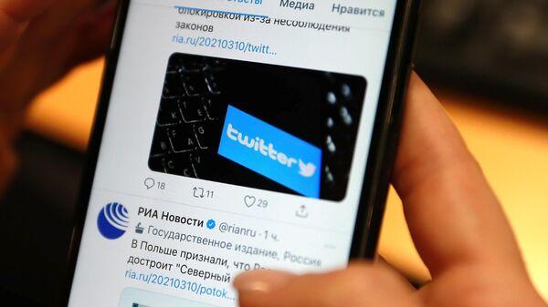 Приложение Twitter на экране мобильного телефона