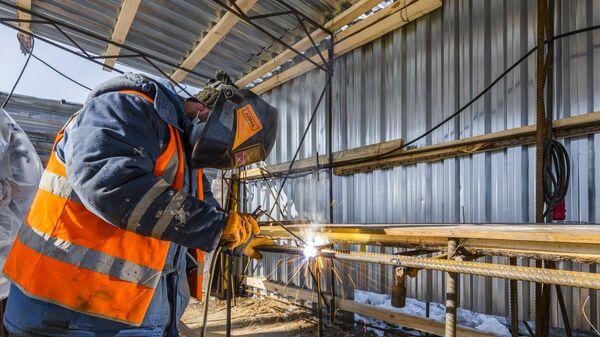 Рабочий выполняет сварочные работы на строительной площадке во время начала проходки двухпутного тоннеля на восточном участке БКЛ в Москве