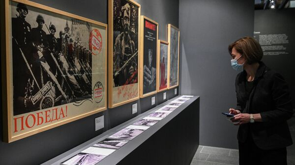 Посетительница на выставке Триумф победителей в Музее Победы в Москве