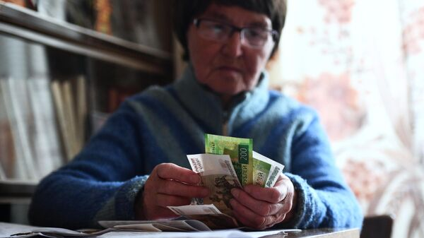 Женщина, получившая пенсию, у себя дома