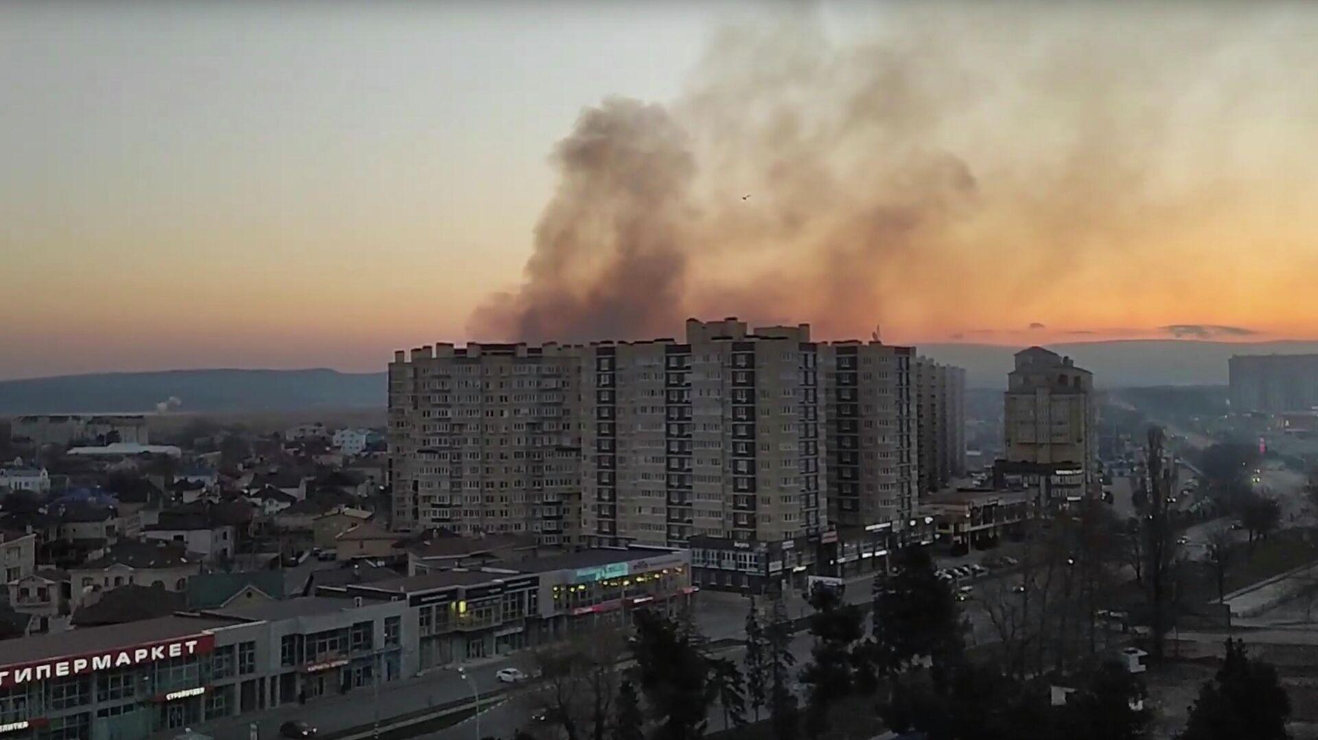 Пожар в многоэтажном жилом доме в Анапе. Кадр из видео - РИА Новости, 1920, 12.03.2021