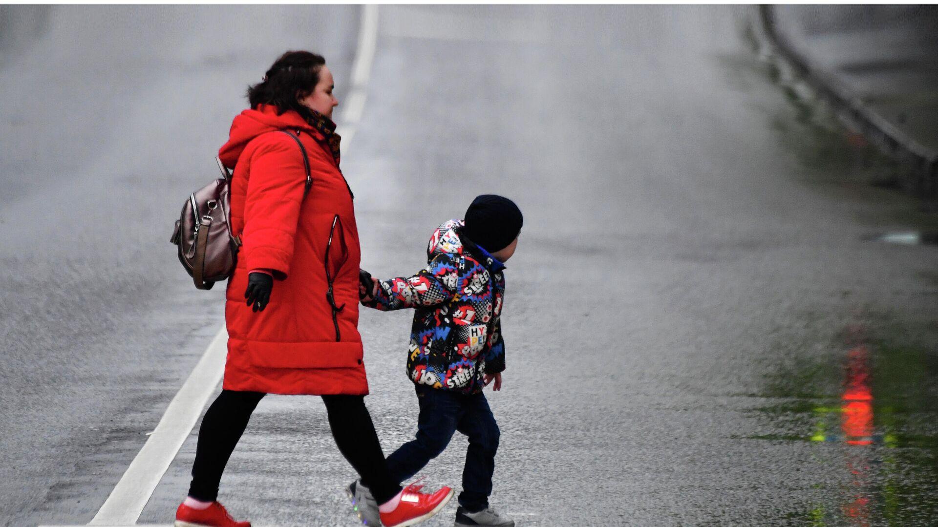 Женщина с ребенком идут по пешеходному переходу - РИА Новости, 1920, 22.03.2021