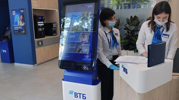 Сотрудницы банка ВТБ в Москве