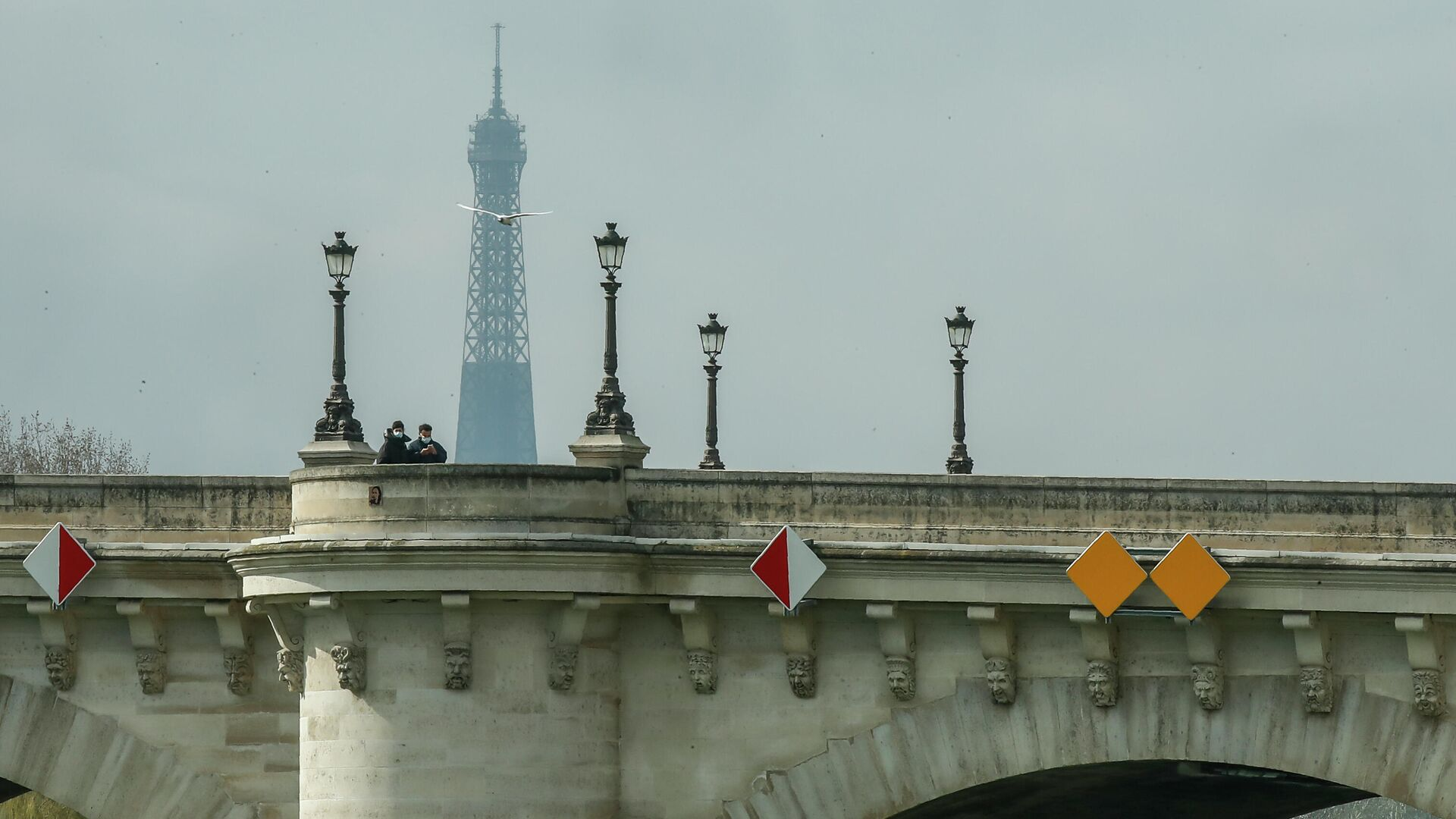 Люди в масках переходят мост Пон-Нёф в Париже, Франция - РИА Новости, 1920, 10.05.2021