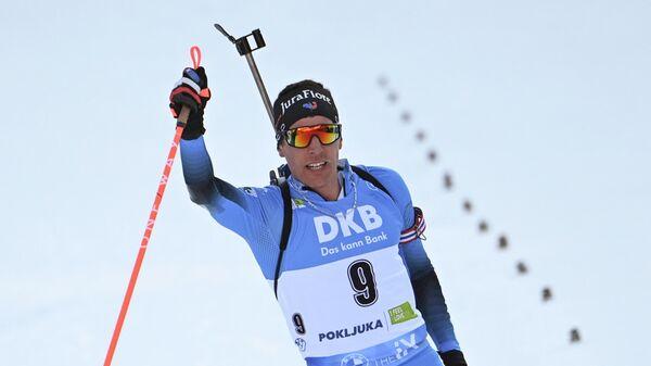 Кентен Фийон Майе (Франция) после финиша масс-старта среди мужчин на чемпионате мира по биатлону 2021 в словенской Поклюке.