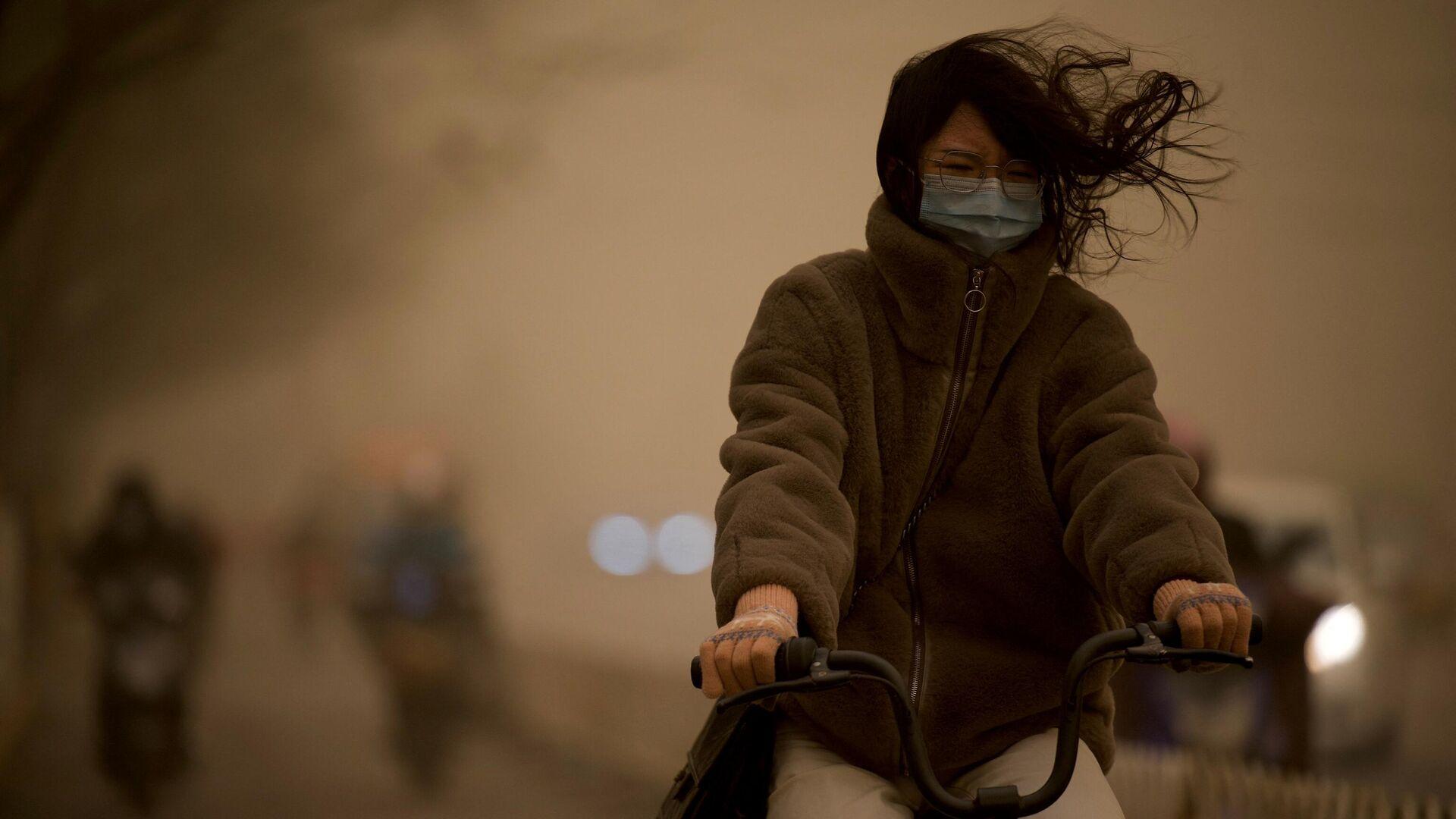 Женщина во время песчаной бури в Пекине - РИА Новости, 1920, 15.03.2021