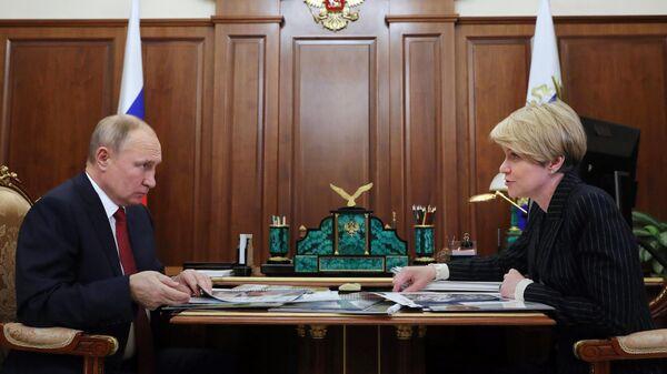 Президент РФ Владимир Путин и руководитель образовательного фонда Талант и успех Елена Шмелева во время встречи