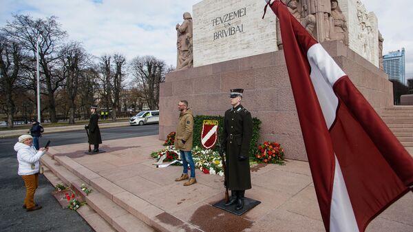 Сторонники латышского легиона Waffen-SS возлагают цветы к памятнику Свободы в Риге