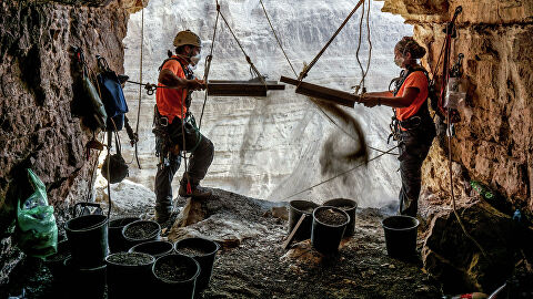 Археологические раскопки в пещере в районе Мертвого моря