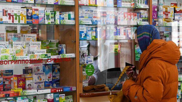 Покупательница в аптеке Новосибирская аптечная сеть на Красном проспекте в Новосибирске