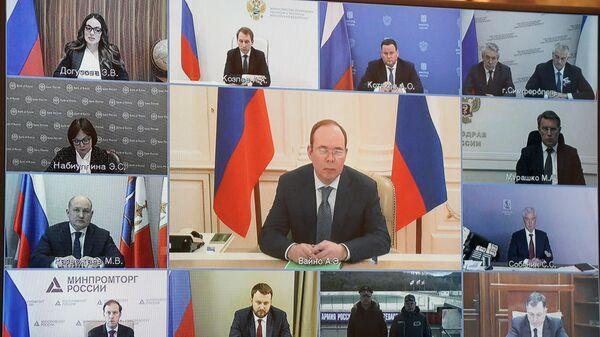 Монитор с изображением участников совещания президента РФ Владимира Путина по вопросам социально-экономического развития Республики Крым и Севастополя