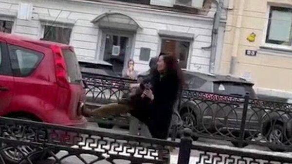 """Девушка залезла на памятник Круга и """"избила"""" свою машину в Твери"""