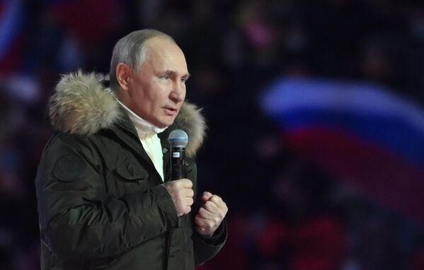 Президент РФ Владимир Путин на концерте в Лужниках в честь воссоединения Крыма и России