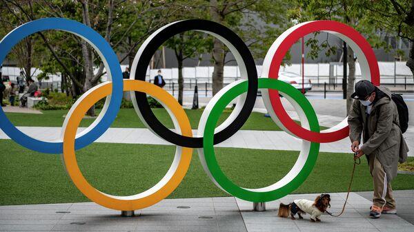 Олимпийские кольца рядом с японским олимпийским музеем в Токио
