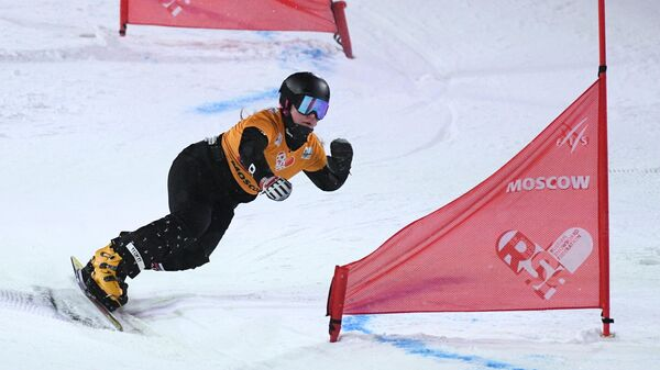 Софья Надыршина (Россия) в финальном заезде на этапе Кубка мира по сноуборду среди женщин в дисциплине параллельный слалом на Воробьевых горах в Москве.
