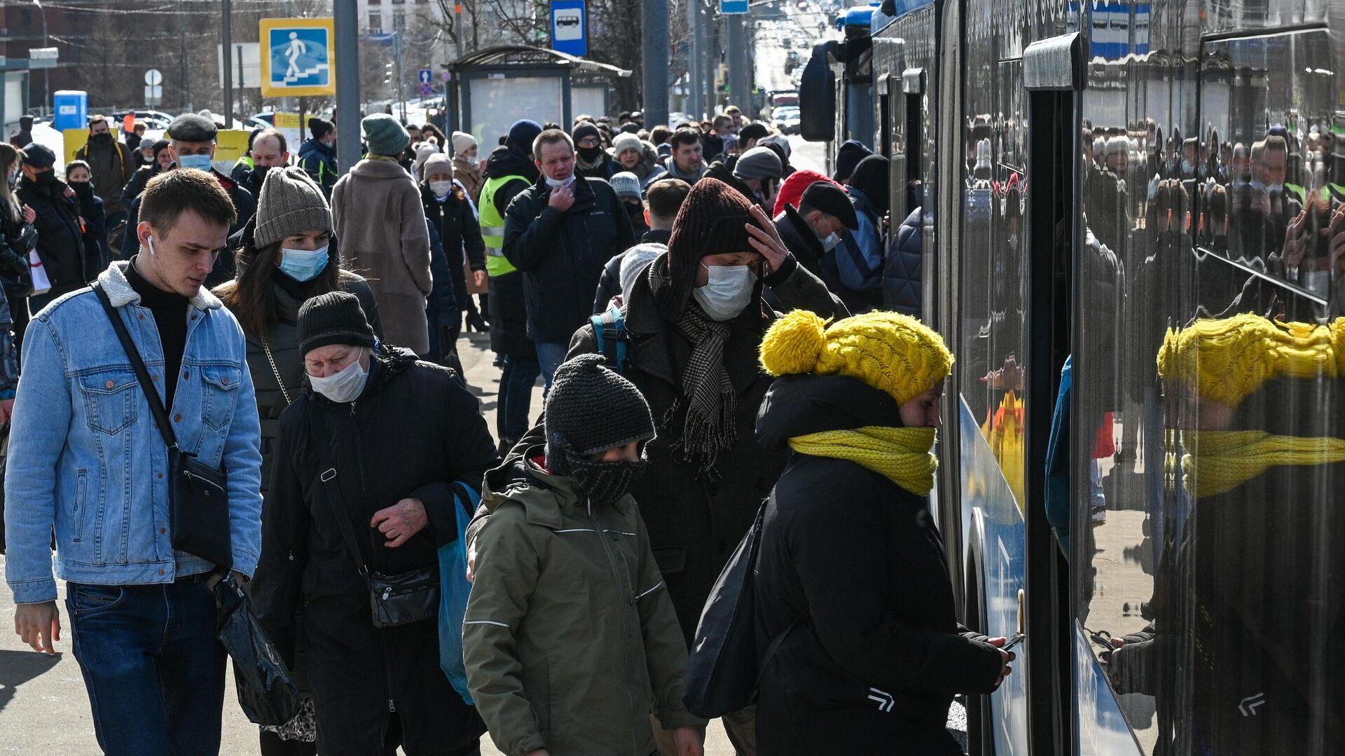 Пассажиры заходят в салон бесплатного автобуса КМ у станции метро Беляево - РИА Новости, 1920, 09.09.2021