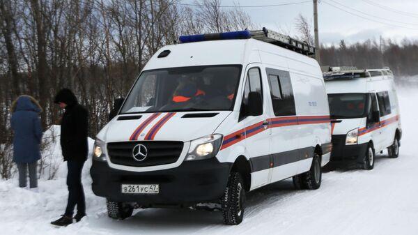 Автомобили оперативного штаба по координации действий по спасению детей, попавших под снежную лавину в Хибинах