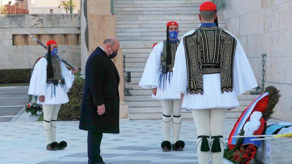 Председатель правительства РФ Михаил Мишустин на церемонии возложения венков к Памятнику Неизвестному Солдату на площади Синтагма в Афинах