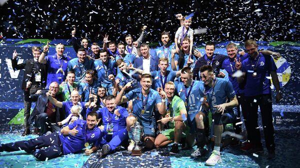 Игроки ВК Динамо фотографируются с трофеем на церемонии награждения после финального матча Кубка ЕКВ по волейболу среди мужчин сезона 2020/2021 между ВК Зенит (Санкт-Петербург, Россия) и ВК Динамо (Москва, Россия).