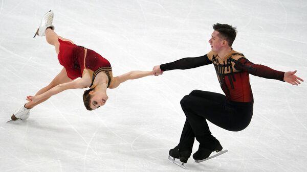 Анастасия Мишина и Александр Галлямов (Россия) выступают с произвольной программой в парном катании на чемпионате мира  по фигурному катанию в Стокгольме.