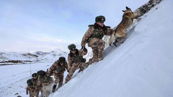 Военнослужащие НОАК во время патрулирования границы в районе перевала Хунджераб в Кашгаре