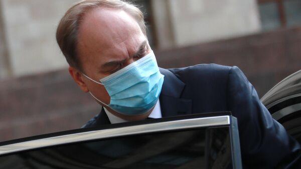 Чрезвычайный и полномочный посол Российской Федерации в США Анатолий Антонов у здания МИД РФ в Москве