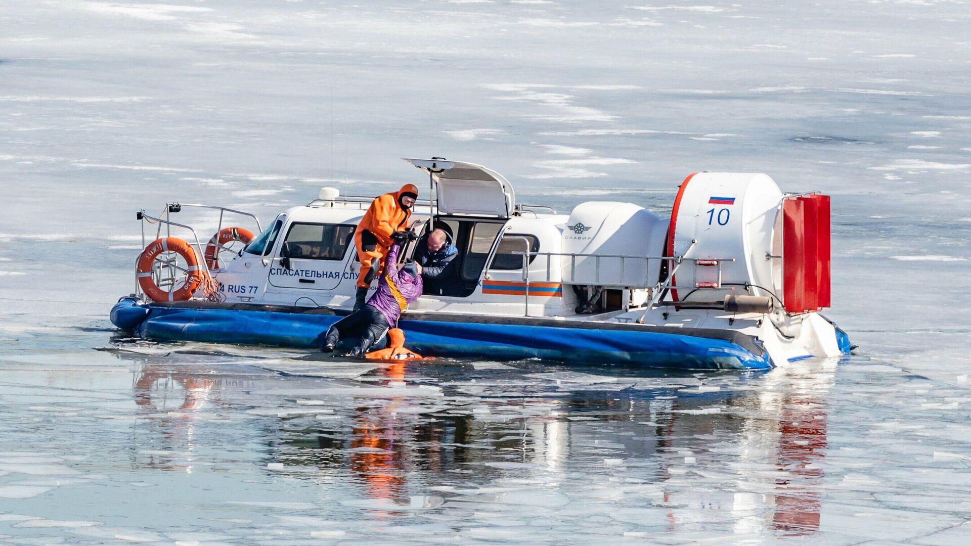 В Москве спасли провалившихся под лед мужчину с ребенком