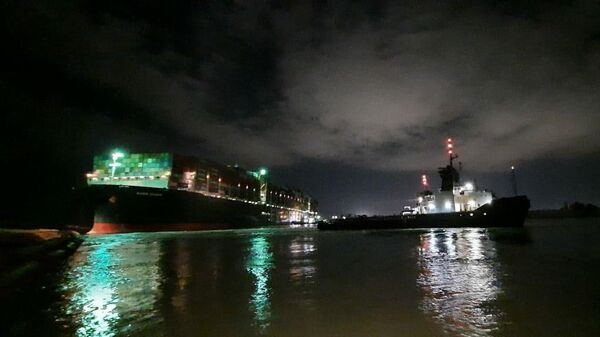 Буксир возле контейнеровоза Ever Given, севшего на мель на 151-м километре Суэцкого канала