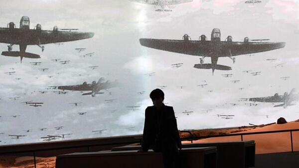Посетитель на выставке Ни меры, ни названья, ни сравненья в Еврейском музее и центре толерантности в Москве