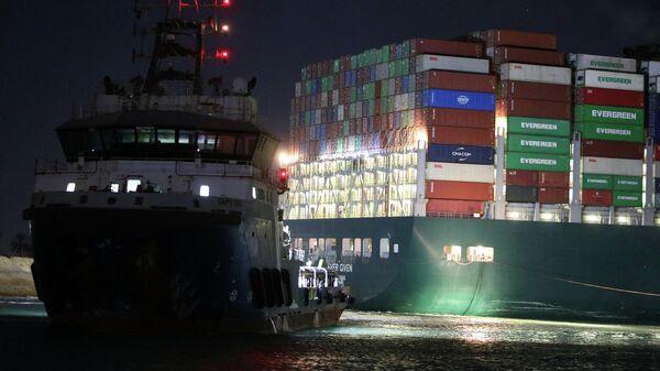Буксиры возле контейнеровоза Ever Given, севшего на мель на 151-м километре Суэцкого канала