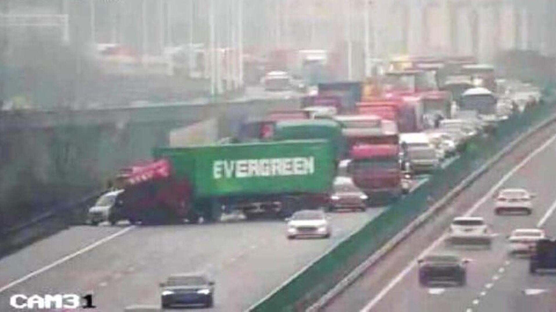 Грузовик фирмы Evergreen на автомагистрали в Китае. Кадр с камеры видеонаблюдения - РИА Новости, 1920, 28.03.2021