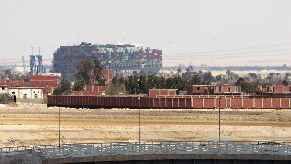 На дальнем плане – контейнеровоз Ever Given, севший на мель на 151-м километре Суэцкого канала