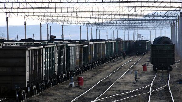 Предназначенные для погрузки угля железнодорожные вагоны на Харанорском разрезе