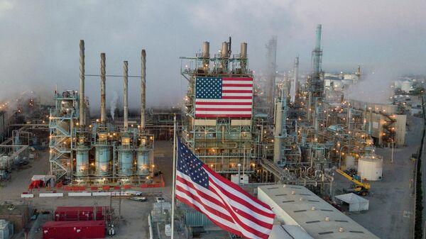 Вид на нефтеперерабатывающий завод в США