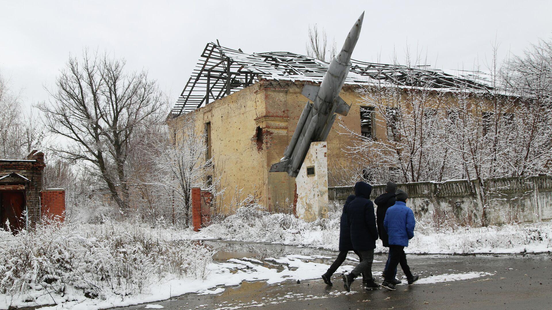 Местные жители на одной из улиц в поселке Веселое Донецкой области. | © РИА Новости / Сергей Аверин