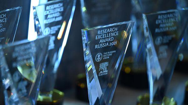 Статуэтки премии Research Excellence Award Russia 2021