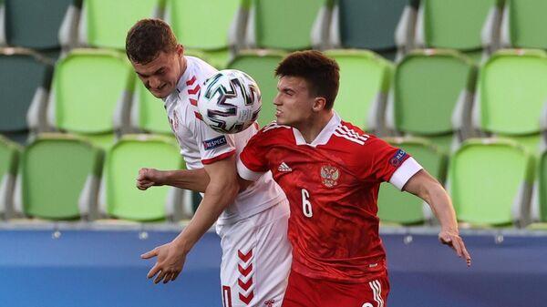 Игрок сборной России Артём Голубев (справа) и игрок сборной Дании Якоб Ларсен в матче молодежного чемпионата Европы по футболу между сборными Дании и России.