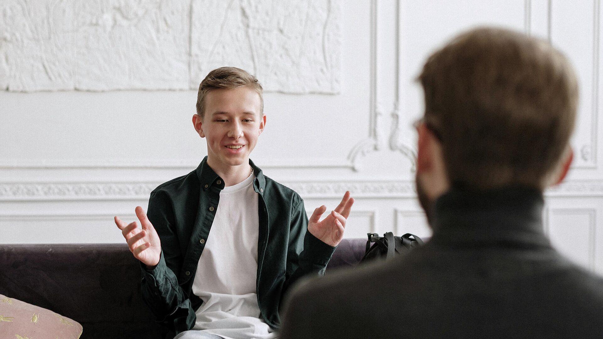 Подросток разговаривает с взрослым - РИА Новости, 1920, 01.04.2021