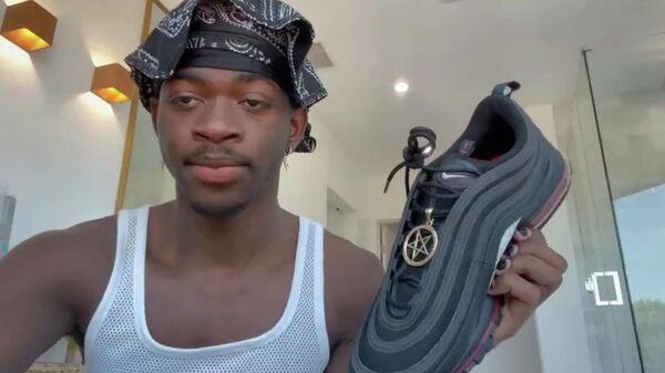 Lil Nas X с кроссовком Satan Shoes