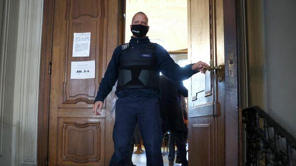 Полиция охраняет вход в зал суда перед началом судебного процесса по делу об убийстве гражданина Грузии в парке Тиргартен