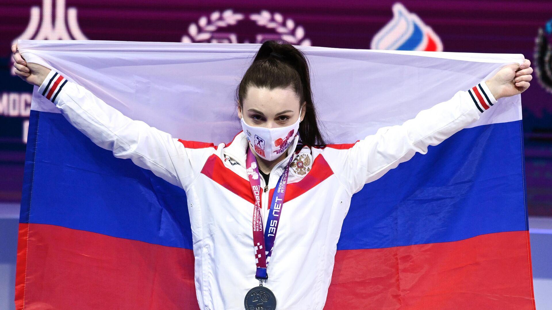 Светлана Ершова (Россия), завоевавшая серебряную медаль в соревнованиях среди женщин в весовой категории до 55 кг на чемпионате Европы по тяжелой атлетике, на церемонии награждения. - РИА Новости, 1920, 11.04.2021