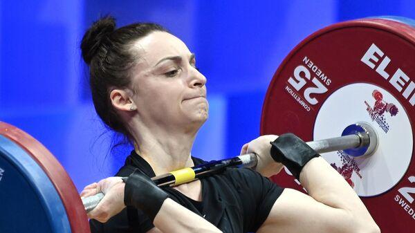 Светлана Ершова (Россия) выступает на чемпионате Европы по тяжелой атлетике в весовой категории до 55 кг среди женщин в Москве.