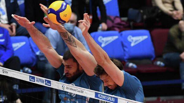 Игрок ВК Динамо Цветан Соколов (слева)