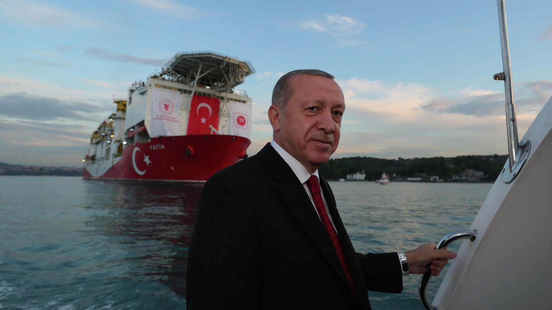 Президент Турции Реджеп Тайип Эрдоган на фоне турецкого корабля Фатих, проходящего пролив Босфор в Стамбуле - РИА Новости, 1920, 27.04.2021